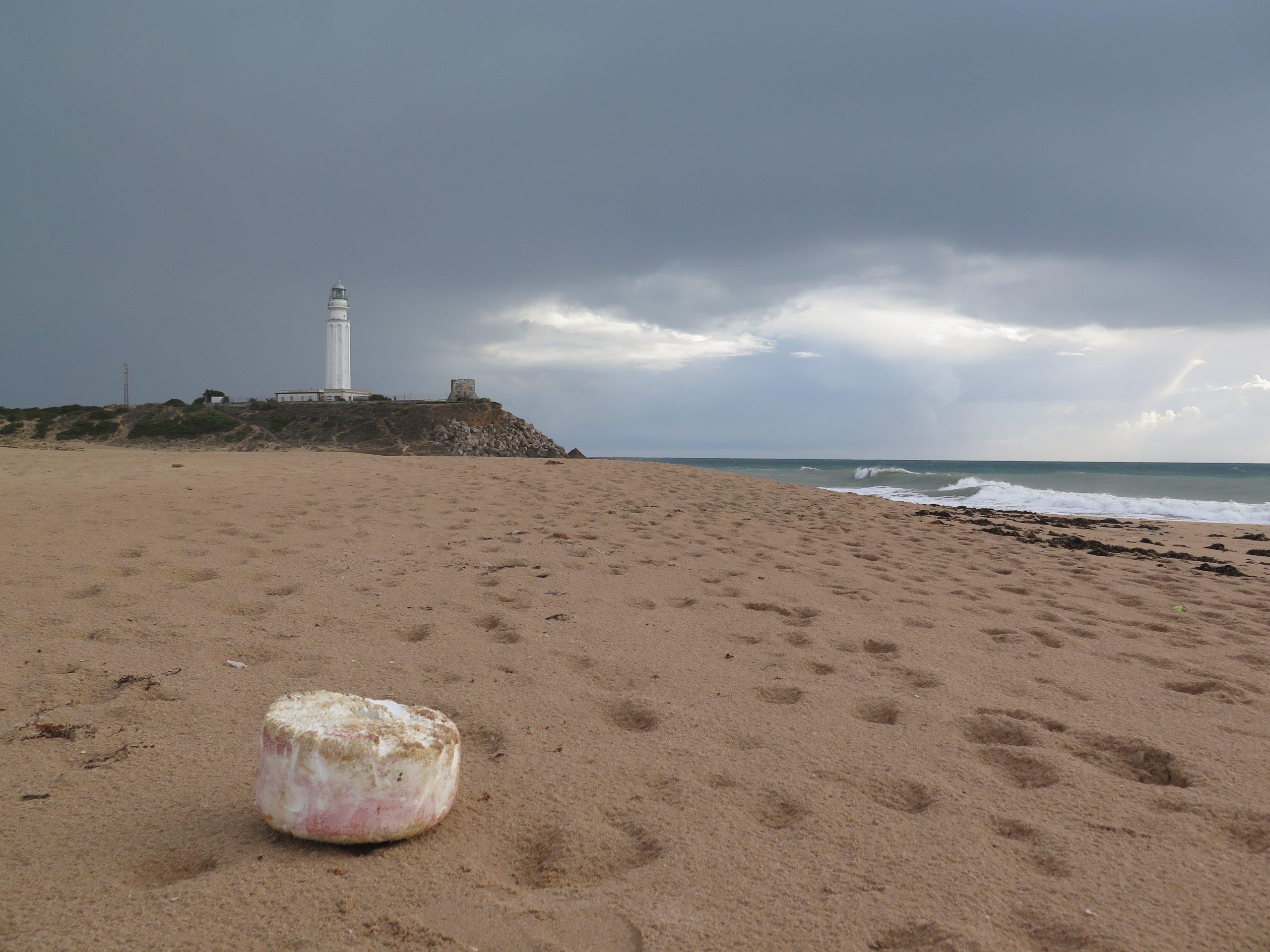Un estudio realizado por investigadores de la UCA constata que las colillas son los residuos más abundantes en las playas gaditanas
